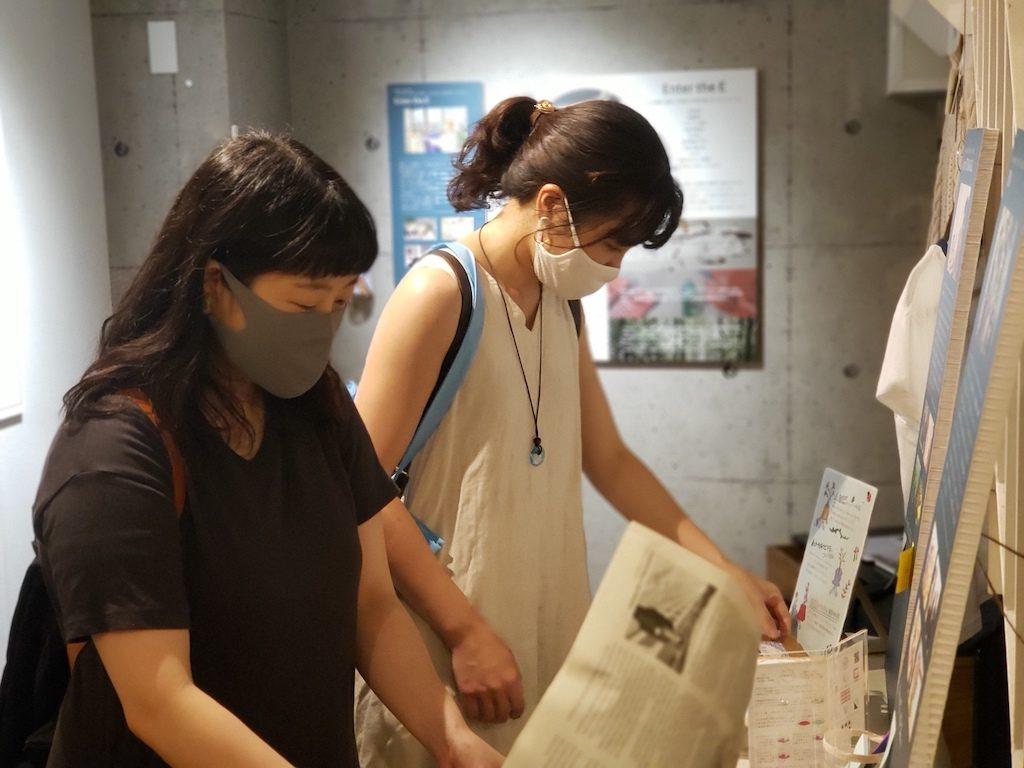 二人の女性が展示物を見ている