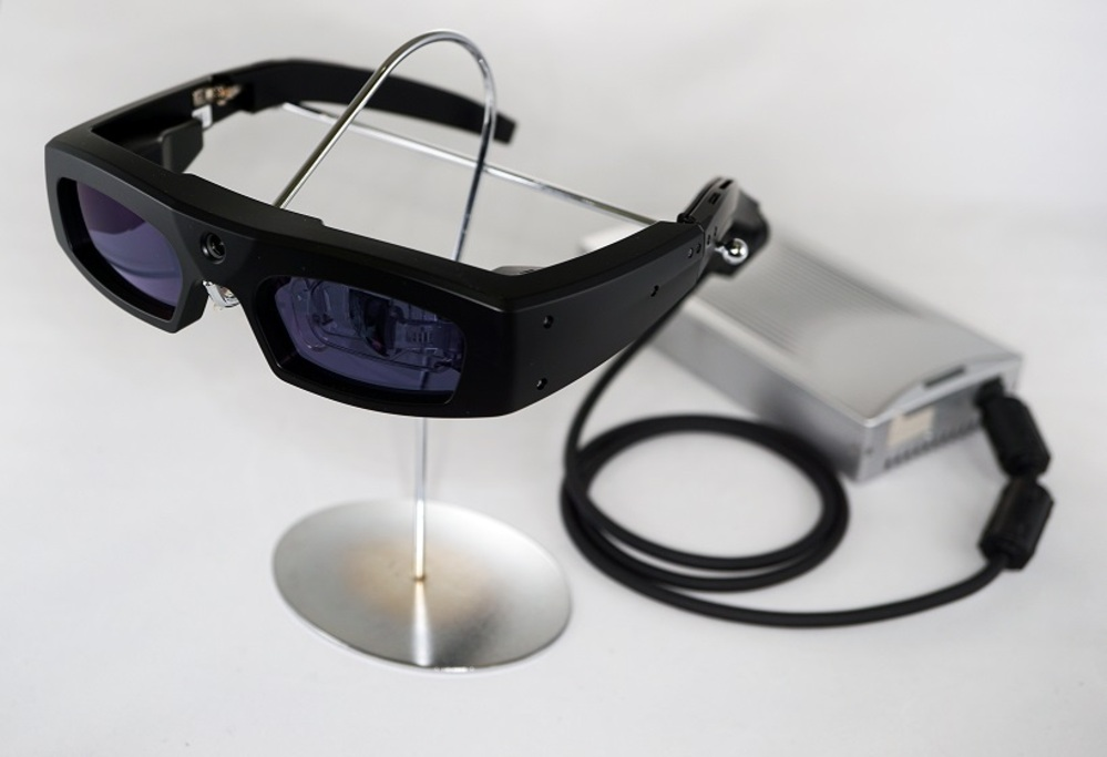 障がい者のQOLを考える、網膜に直接光を投影するアイウェア「RETISSA」