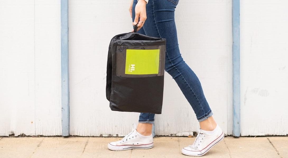 看板をアップサイクルしてできた商品配達バッグ