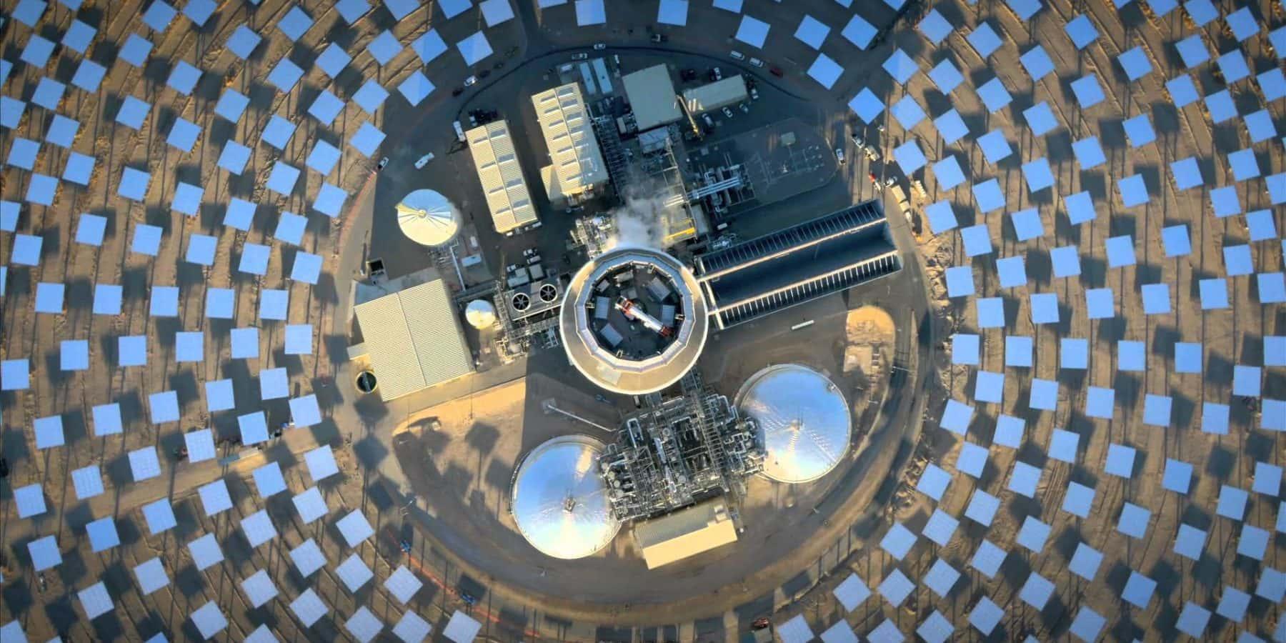 溶融塩で蓄電し日没後も電力供給できる、世界最大の太陽熱発電所