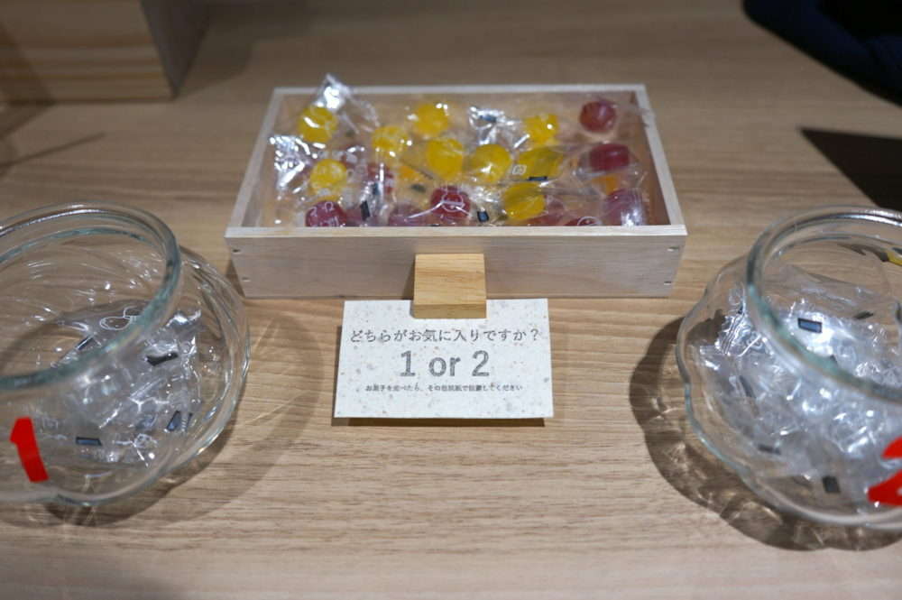 各フロアの展示場所に飴を入れた箱と投票用の瓶を設置