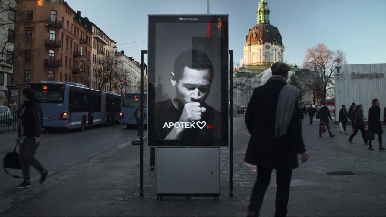 ストックホルムの街に現れた、タバコの煙で咳き込む看板