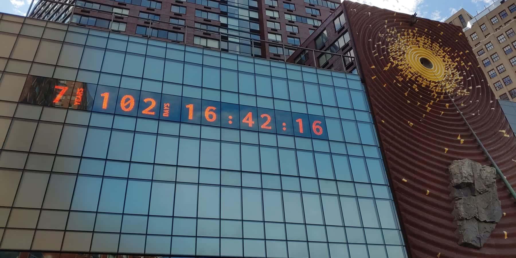 NYの街中アートが示す、私たちに残された時間「7 102 16:42:16」