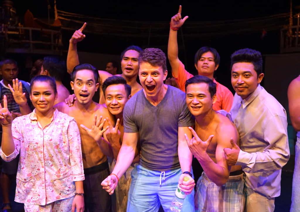 教育機会とスキルを活かせる場を提供する。カンボジアの人気サーカス団「Phare」