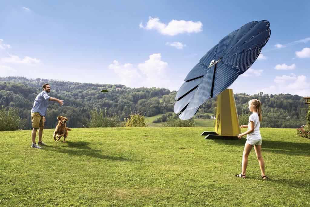太陽の動きに合わせて開いて傾くソーラーパネル「Smartflower」