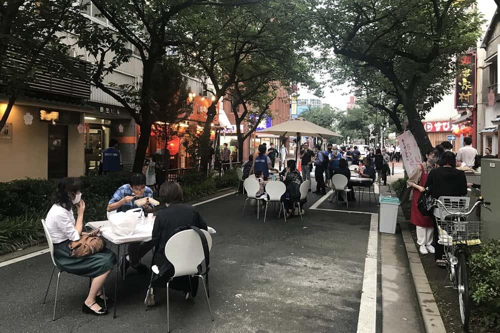 まちの道路をテラス席に。コロナ禍の飲食店を救う横浜の「かんないテラス」