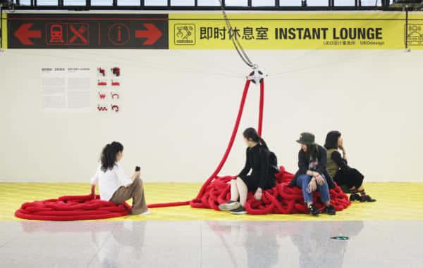 駅の混雑度に応じて形が変わる3Dプリンター製椅子「インスタント・ラウンジ」