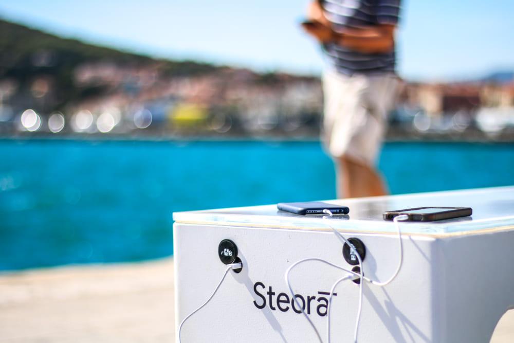 スマホ充電、ネット接続可能なスマートベンチ「Steora」