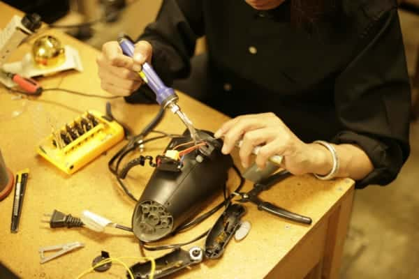 電気機器を参加者自身が修理する、ファブラボ世田谷の「リペアラボ」