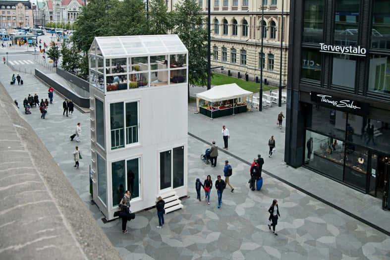 ヘルシンキの街中に出現、車一台分の駐車スペースに建てられる家「Tikku」