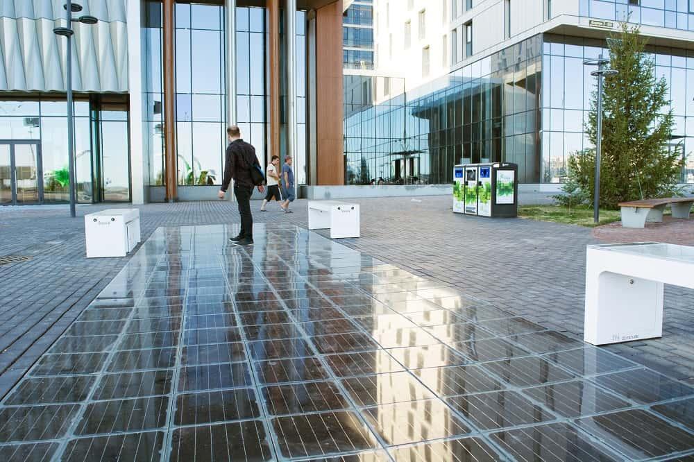 都市の舗道を持続可能なまちづくりに生かす、ハンガリーの舗装用ソーラーパネル