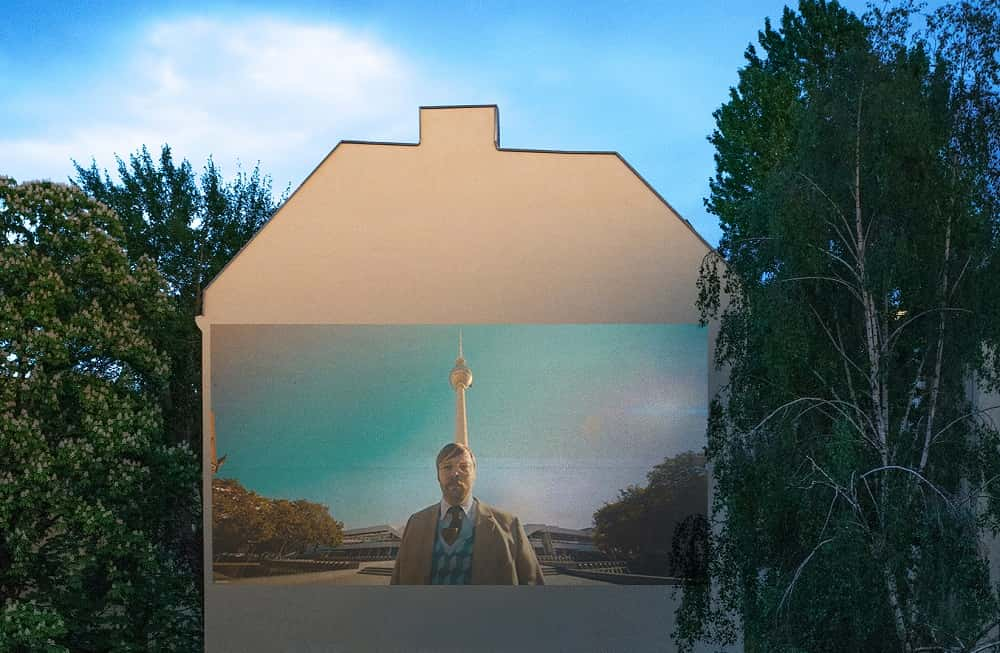 外壁がシネマに。外出自粛中のベルリンで生まれた「Window Flicks」