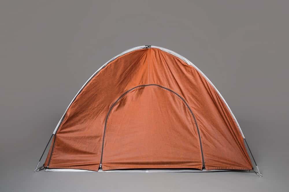 難民を支援するために作られた、テントにもなるジャケット