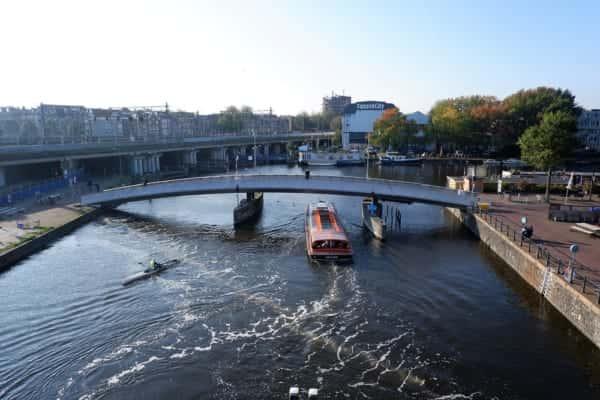 アムステルダムの運河に誕生。プラごみの海洋流出を防ぐ「泡のカーテン」