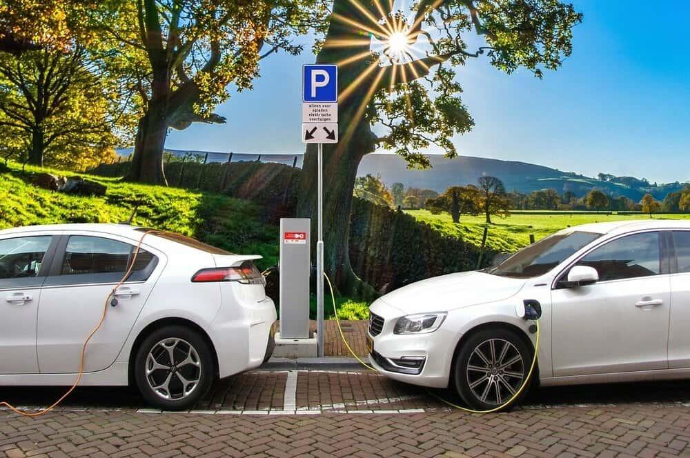 電気自動車のバッテリー代わりに。米大学の「廃プラで電気を貯める方法」