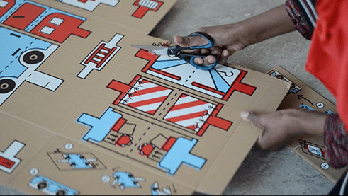 難民の子供たちに楽しみを。おもちゃに変わる救援物資段ボール「Inside the Box」