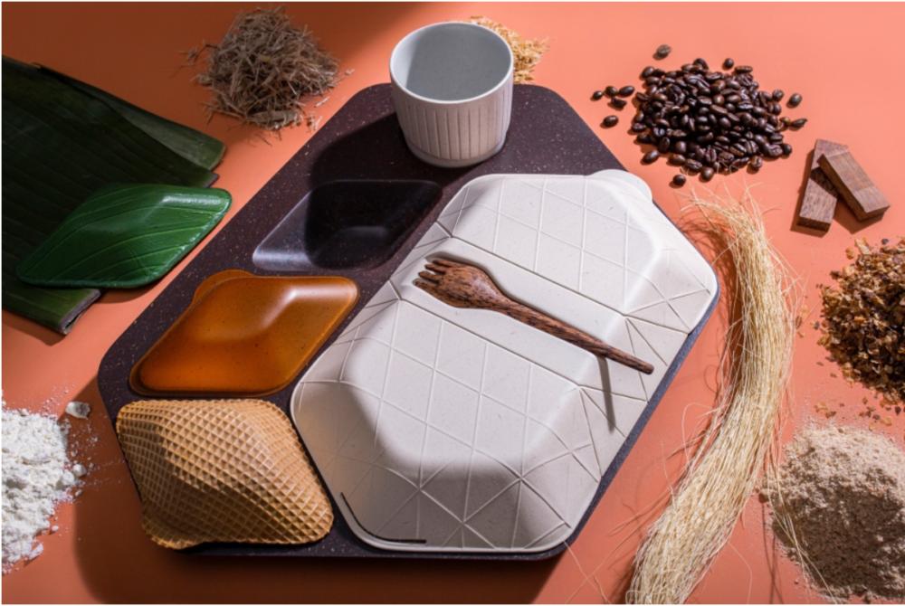 機内食をごみゼロにする、コーヒーかすでできたトレイと海藻やバナナの葉からできた容器