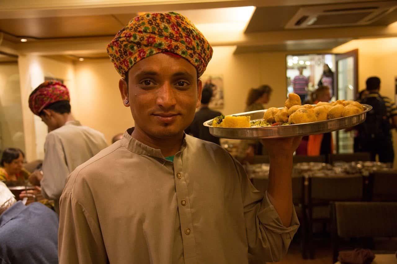 プラごみと引き換えに食事を提供するインドのカフェ
