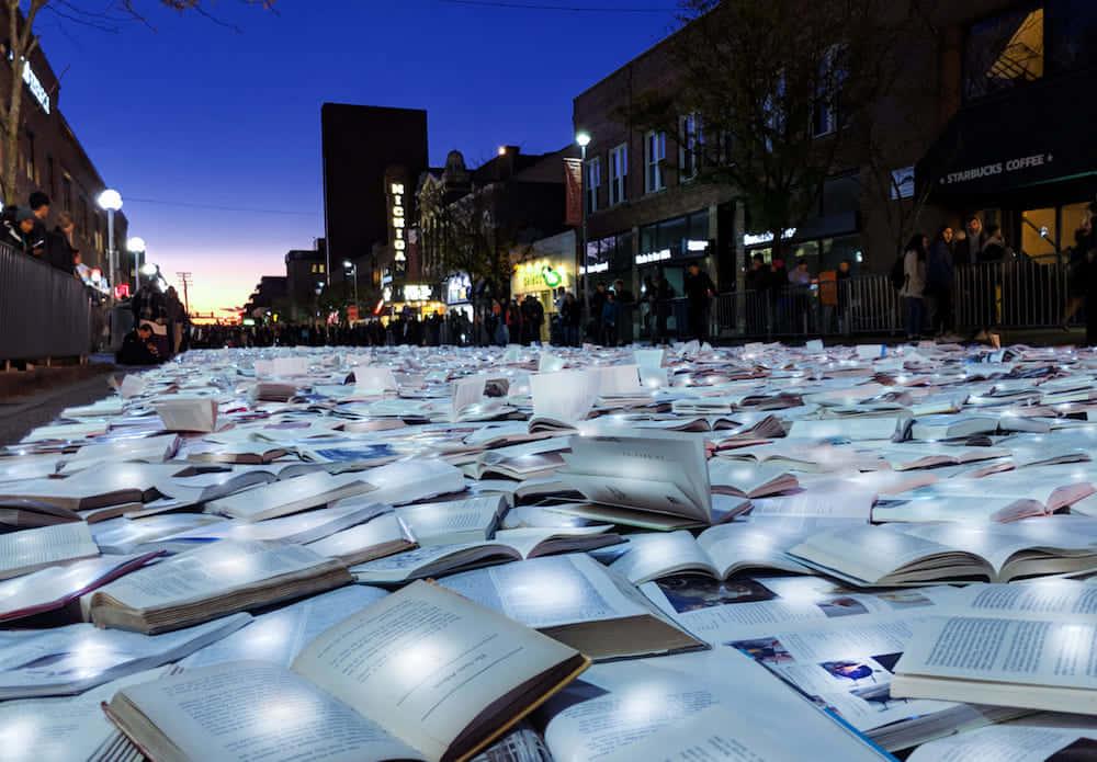 道を埋め尽くす本の川。アメリカに登場したアート作品「文学 vs 交通」