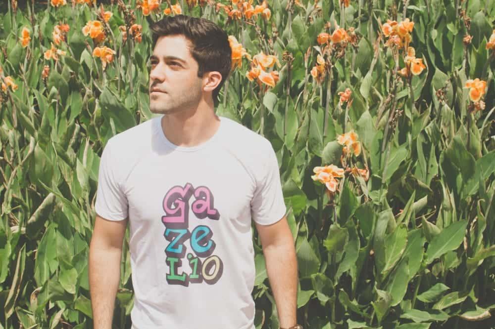 ロゴ入りTシャツを着て、地元の事業者を支援する「Here For Good」