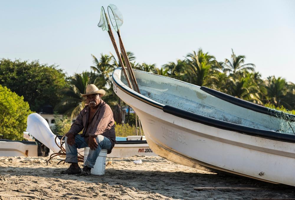 海に浮かぶごみが、漁師の収入源に。コロナビールのプラスチック釣り大会