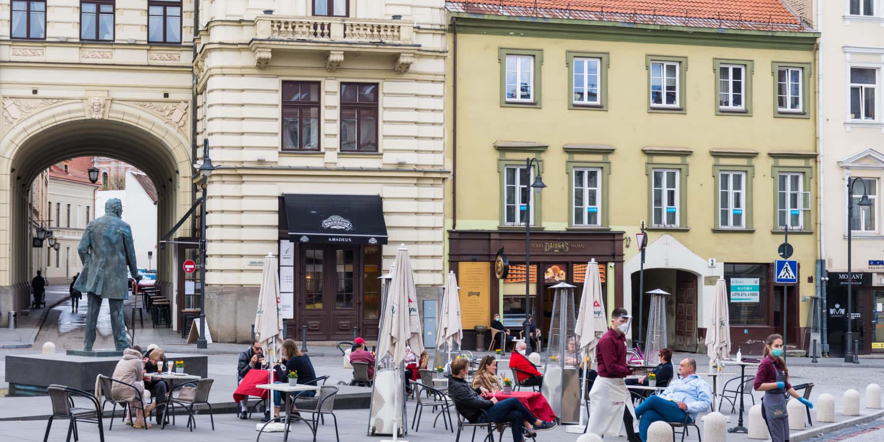 飲食店が社会的距離を保ちながら営業するために、街全体をカフェに