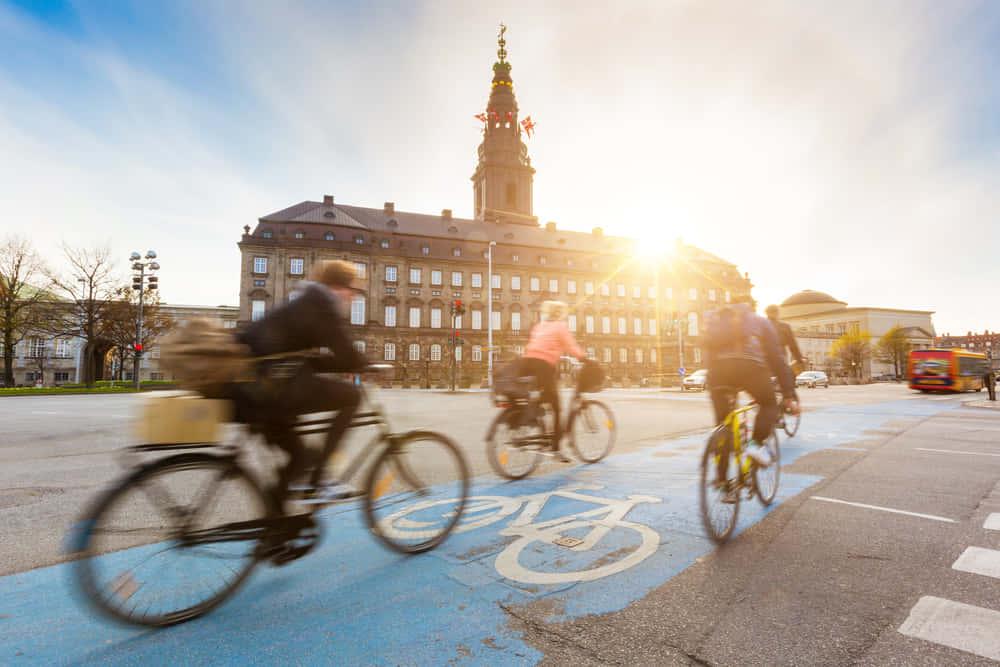 自転車先進国のデンマークが導入した、自転車渋滞を防ぐための電子標識