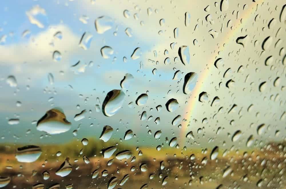 雨の日でも発電できる、雨粒の動きによる摩擦をエネルギーに変える太陽電池