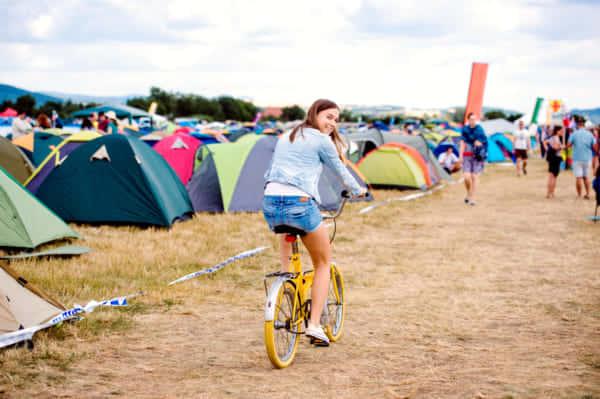 オーストラリア発、野外フェスの廃棄テントをカバンにアップサイクル
