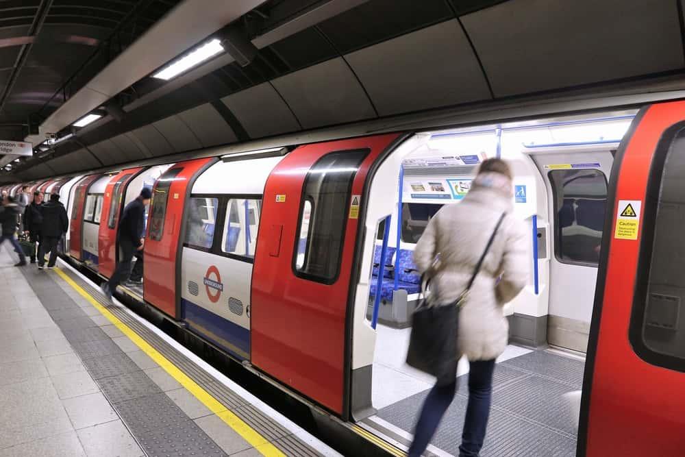 多様性のある都市にふさわしい挨拶を。ロンドン地下鉄が廃止した「淑女・紳士」の表現