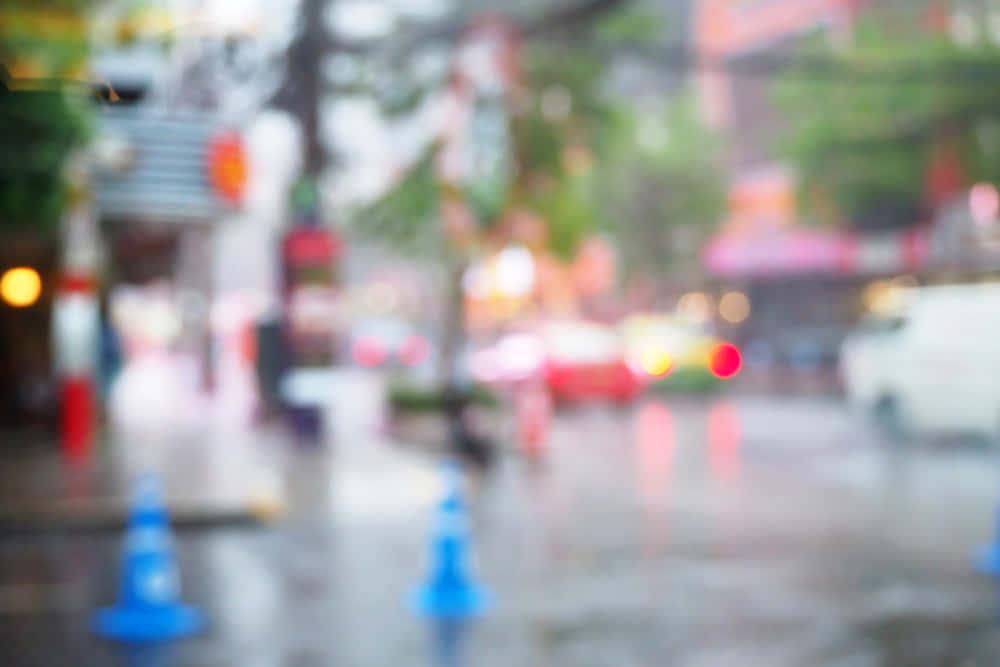 街に彩りを。雨の日限定、水中の生き物が浮かび上がる「Project Monsoon」