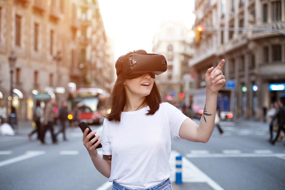 VRグラスをかけた女性が道の真ん中に立っている