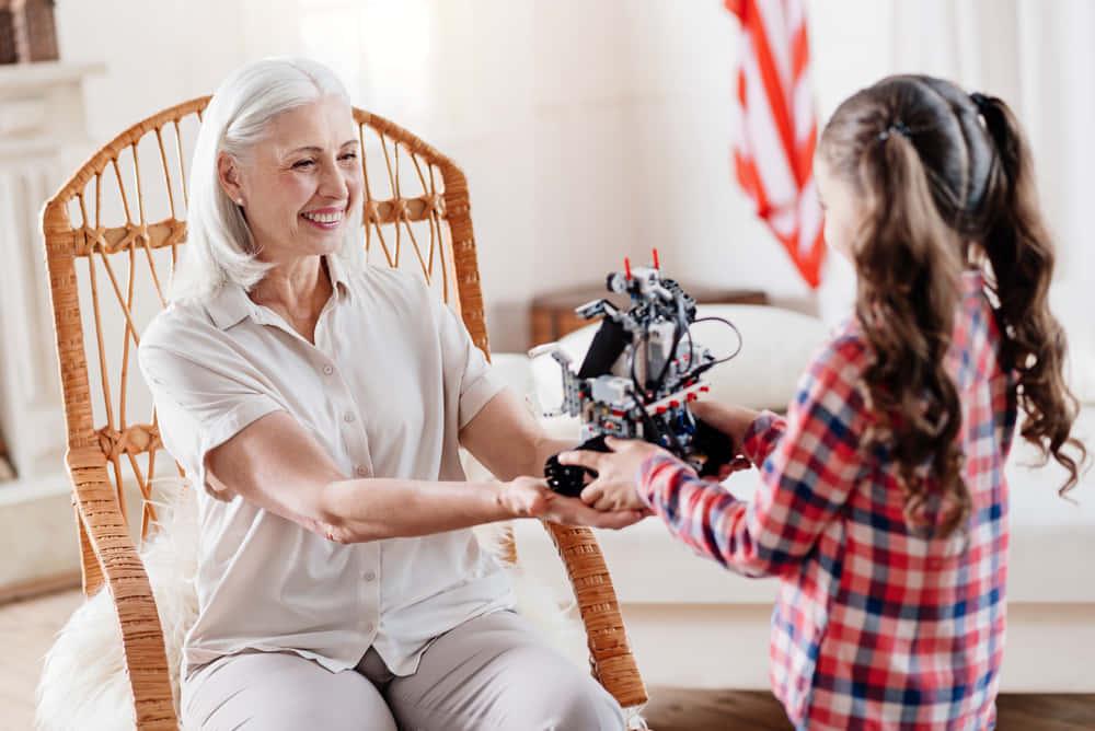 ワシントン州立大学が開発、シニアの一人暮らしを支えるスマート介護ロボット